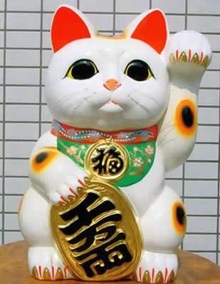 Манэки нэко раскрашивают в разные цвета, чтобы привлечь разную удачу.